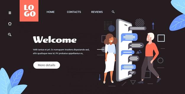Homem mulher usando o aplicativo de bate-papo móvel on-line rede social discurso bolha conceito de comunicação