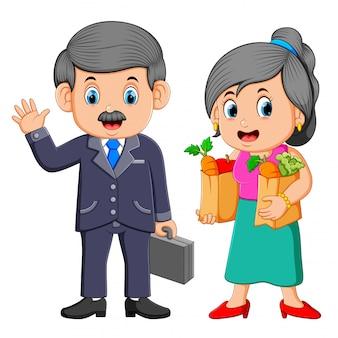 Homem negócio, com, mulher jovem, segurando, saco shopping shopping, com, legumes