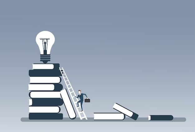 Homem negócio, escalando, pilha livros, para, bulbo leve, cima