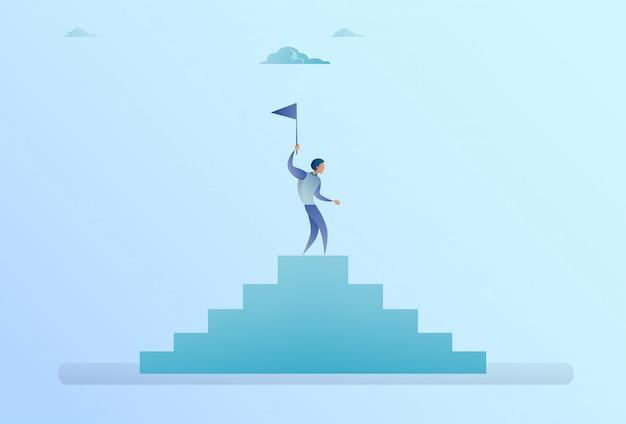Homem negócio, ligado, escadas, topo, segurando, bandeira, sucesso, conceito