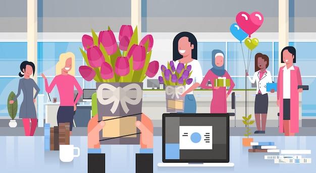 Homem negócio, mãos, dar, flores, para, grupo mulheres, em, escritório, feliz, 8, março, feriado, conceito