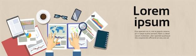 Homem negócio, mãos, segurando, relatório financeiro local trabalho, ângulo, vista