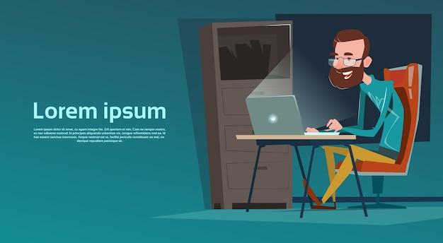 Homem negócio, sentando, escrivaninha, trabalho, laptop, computador