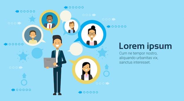 Homem negócio, usando, rede computador portátil, com, businesspeople, equipe, comunicação, conceito