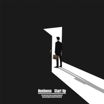 Homem negócios, ficar, em, portão