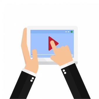 Homem negócios, observar, vídeo online, ligado, tabuleta