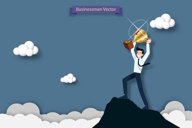 Homem negócios, segurando, um, troféu, ligado, a, topo, de, a, montanha alta
