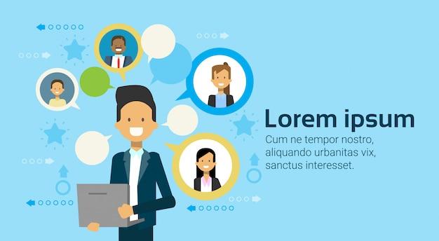 Homem negócios, usando computador laptop, comunicar, com, businesspeople, equipe, pessoas negócio, networking, conceito