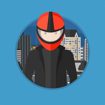 Homem no capacete de motociclista.