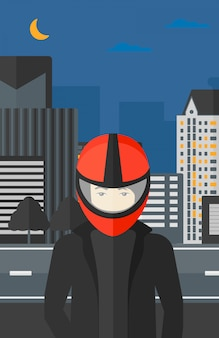 Homem no capacete de motoqueiro.