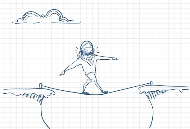 Homem ouvindo música enquanto se equilibra em uma corda