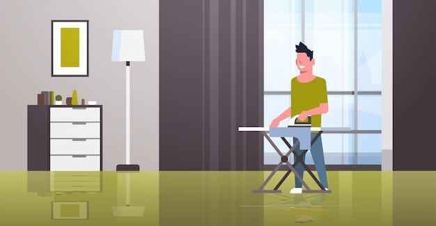 Homem passando roupa cara segurando o ferro a fazer tarefas domésticas conceito de limpeza casa moderna sala de estar interior masculino personagem de desenho animado
