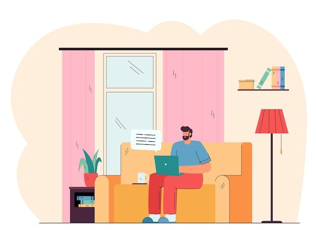 Homem positivo sentado no sofá e trabalhando na ilustração plana do laptop