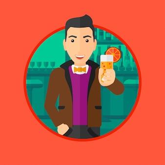Homem que bebe o cocktail alaranjado na barra.