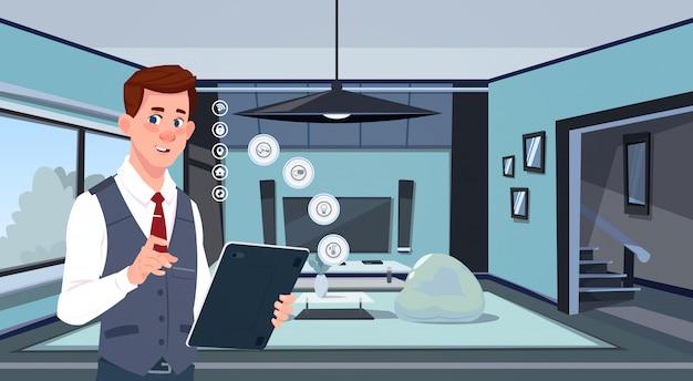 Homem que guarda a tabuleta de digitas usando o app home esperto sobre a tecnologia moderna do fundo da sala de visitas do conceito da monitoração da casa