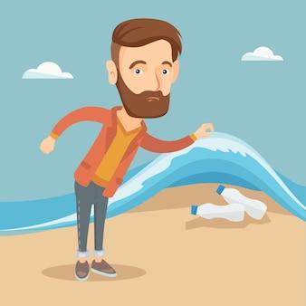 Homem que mostra garrafas plásticas sob a onda do mar.