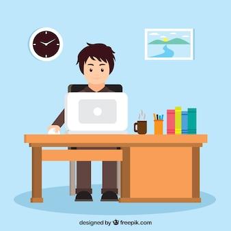 Homem que trabalha com o computador em um escritório