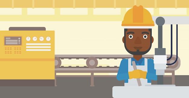 Homem que trabalha na máquina de perfuração industrial.