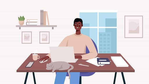 Homem que trabalha na mesa com o laptop
