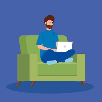 Homem que trabalha no teletrabalho com o laptop no sofá