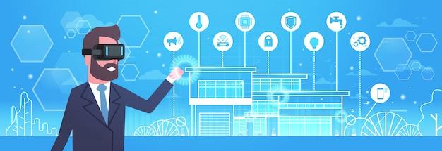 Homem que veste os vidros 3d modernos usando a tecnologia home esperta da automatização, da inovação e do conceito da realidade virtual