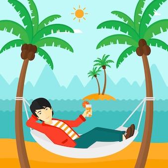 Homem relaxando na rede
