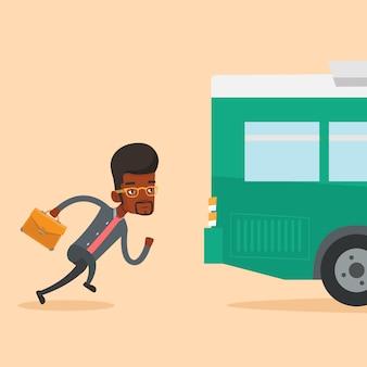 Homem retardatário correndo para o ônibus.