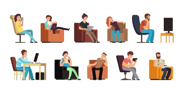 Homem sedentário e mulher no sofá assistindo tv, telefone, leitura