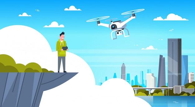 Homem, segurando, controle remoto, para, modernos, zangão, mosca, sobre, cidade, edifícios