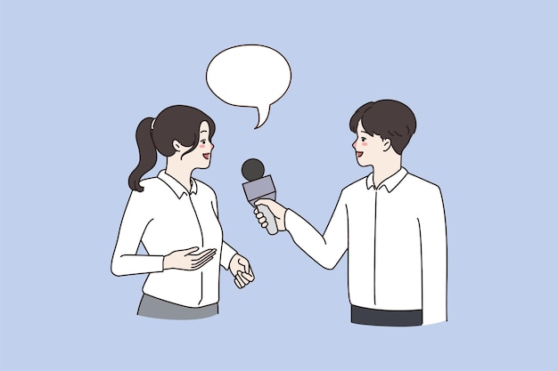 Homem segurando microfone fala entrevista mulher sorridente