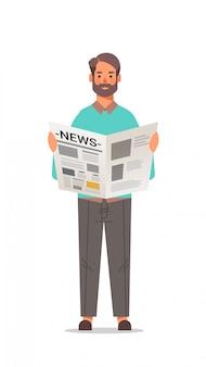 Homem segurando o jornal lendo diariamente notícias prima mídia conceito comprimento total vertical