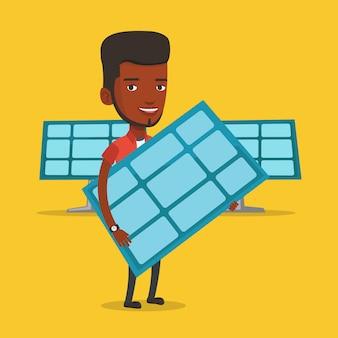 Homem segurando o painel solar.