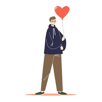 Homem segurando um balão em forma de coração