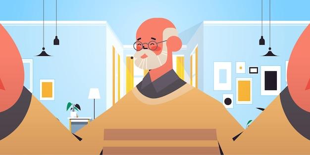 Homem sênior feliz tirando selfie na câmera do smartphone avô fazendo auto-foto ilustração vetorial retrato interior de sala de estar