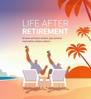 Homem sênior mulher bebendo coquetéis na praia tropical casal com idade se divertindo conceito de velhice ativo pôr do sol paisagem marinha fundo comprimento total cópia espaço ilustração vetorial