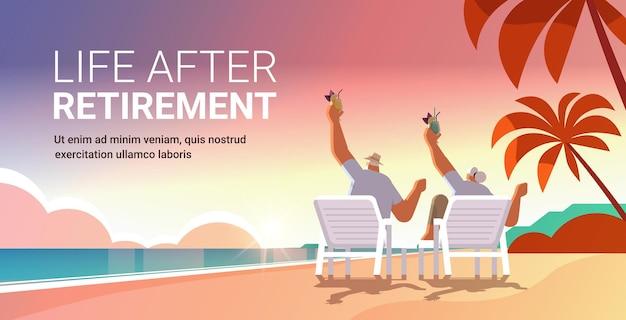 Homem sênior mulher bebendo coquetéis na praia tropical casal com idade se divertindo conceito de velhice ativo pôr do sol vista do mar paisagem fundo comprimento total cópia horizontal espaço ilustração vetorial