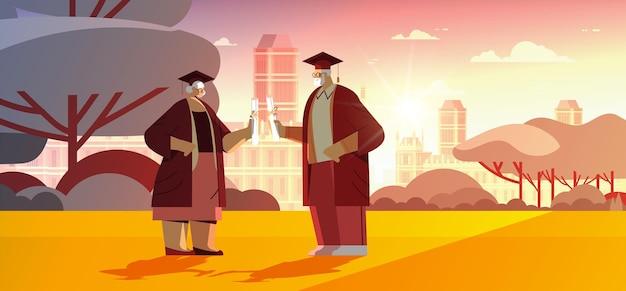 Homem sênior, mulher, formados, alunos, graduados, formatura, caminhando, parque, envelhecidos, graduados, celebrando, diploma acadêmico, grau, educação, conceito, paisagem urbana, fundo, horizontal completo, vetorial illustrat