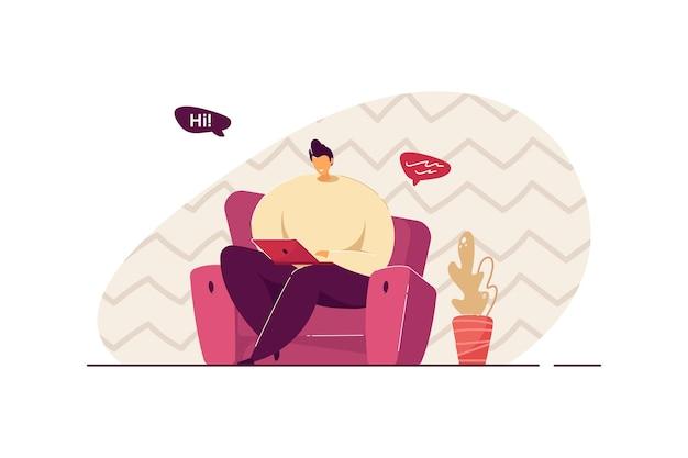 Homem sentado na poltrona e conversando por meio de ilustração vetorial plana isolada laptop. personagem de desenho animado trabalhando online em casa