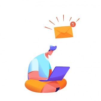 Homem sentado pernas cruzadas com laptop com nova mensagem de envelope alarmante na caixa de entrada.