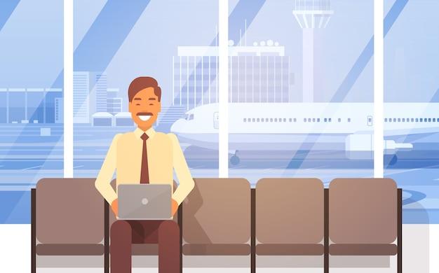 Homem, sentando, em, corredor aeroporto