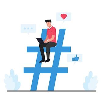 Homem sente-se no grande símbolo da hash tag segurando o telefone.