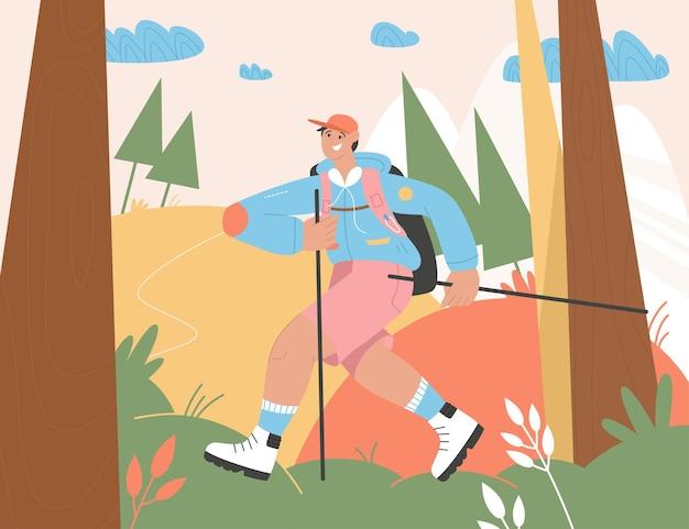 Homem sorridente com varas e mochila andando na madeira ou floresta.