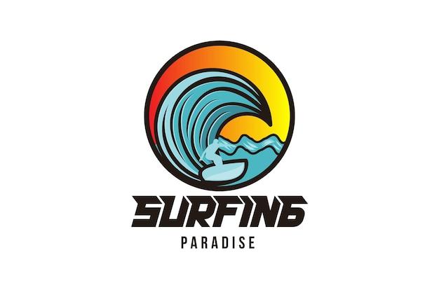 Homem surfando e o logotipo da onda inspiração de projetos isolados no fundo branco