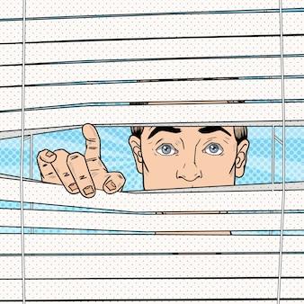 Homem surpreso olhando através das cortinas