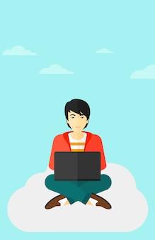 Homem trabalhando no laptop