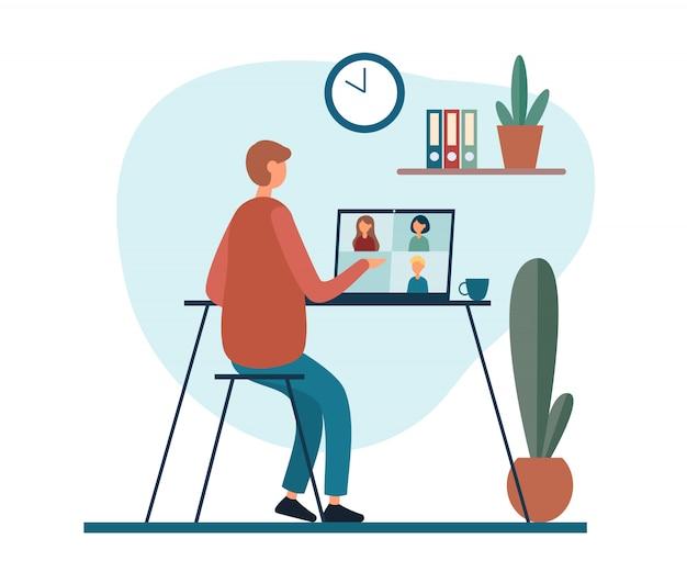 Homem trabalhando remotamente em casa, com chamada de vídeo
