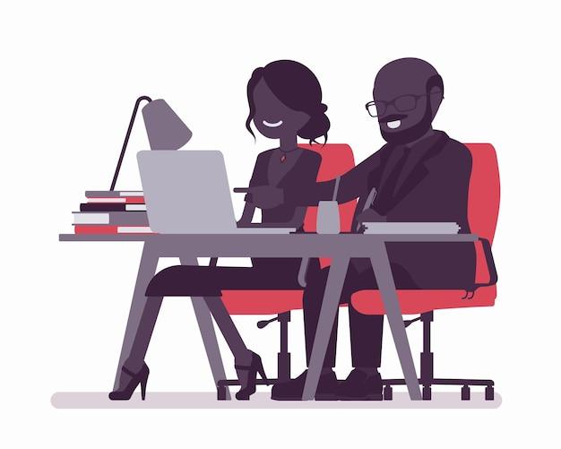 Homem treinando e mentoreando funcionária