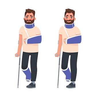 Homem triste e feliz com braço e perna quebrados engessados, muleta e colar de fixação no pescoço. membro fraturado. prejuízo.