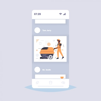 Homem usando máquina de lavar roupa americano africano masculino zelador em uniforme piso cuidados limpeza serviço conceito smartphone tela on-line aplicação móvel esboço de comprimento total
