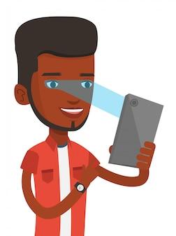 Homem usando o scanner de íris para desbloquear o telefone móvel.